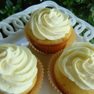 Tres Limones Cupcakes - or Triple Lemon Cupcakes! Lemon cupcakes with tart lemon curd and a fluffy lemon topping!