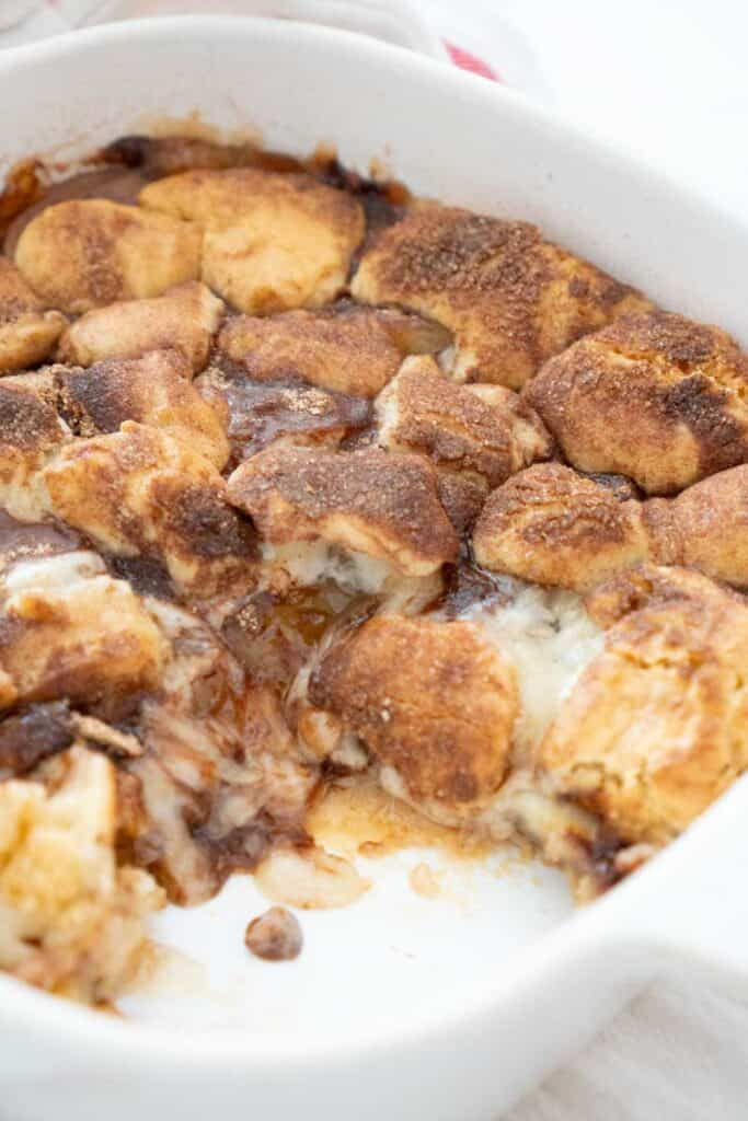 apple snickerdoodle cookie bars in a white dish