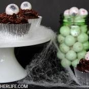 Cyclops Cupcakes for Halloween - with edible eyeball cupcake toppers!