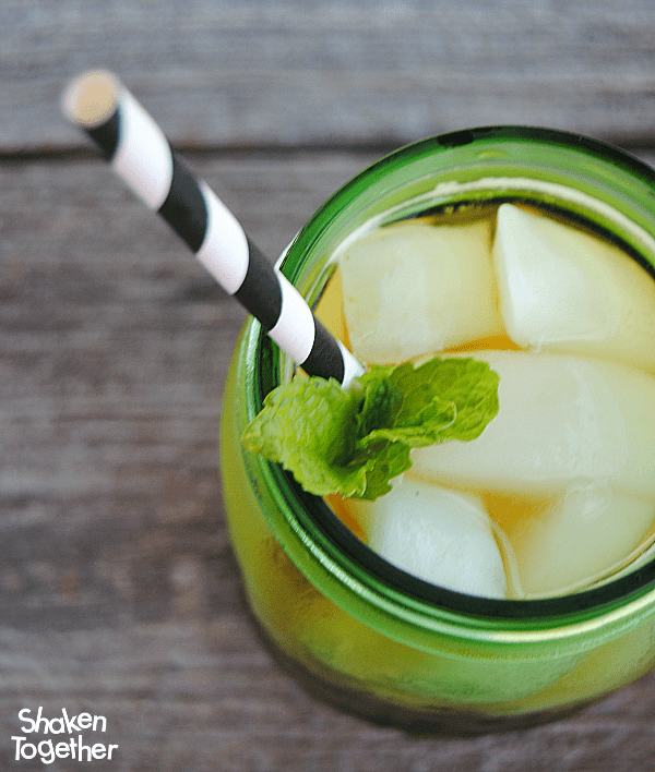 Make homemade green tea concentrate that is perfect for a glass (or pitcher) of this sparkling Mint Green Tea Refresher! Great alternative to soda! #SplendaSweeties #SweepSwaps