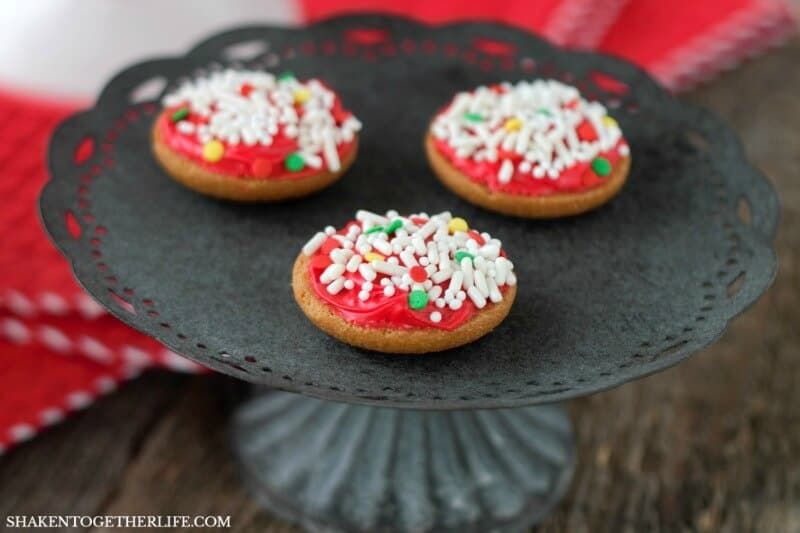 Mini Pizza Cupcake Toppers start with a vanilla cookie, get a layer of frosting 'sauce' and loaded with sprinkles for toppings! Cute pizza party cupcakes!